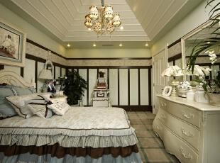 女儿房带来最大的收纳空间,床尾内嵌式的收纳柜是整个卧室的收纳理想地;圆弧形的书桌顶部造型,加强了地中海风格质感。卧室户型是不方正的,为了带来方正的视觉效果,设计师大胆采用蓝色元素,与拱形门形成视觉呈递感觉,把户型变方正。,330平,25万,田园,四居,卧室,春色,