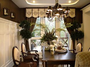 餐厅环境优雅,灯光明亮,绿色植物贪婪的进行着光合作用,似乎和窗外的之外争辉。餐厅空间布局合理,330平,25万,田园,四居,餐厅,原木色,