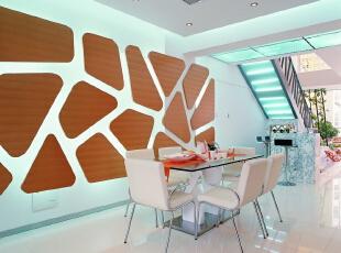 在餐厅的背景墙上做了一组木饰面的构成造型,使得空间上更加通透明快,光影相随。,餐厅,原木色,白色,