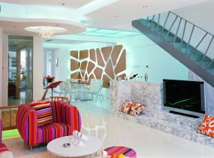 设计师在楼梯踏步及局部天花等部位采用了钢化玻璃喷砂藏光的作法,157平,20万,现代,三居,客厅,白色,