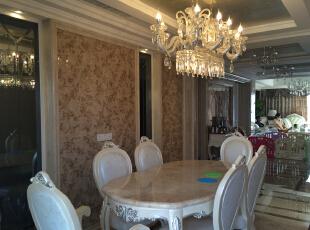 餐厅实木白色餐椅苗银边。背景墙大理石和瓷砖雕花,灰色镜子。,170平,150万,新古典,三居,餐厅,白色,黄色,