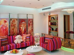 设计师在客厅和厨房之间设计一个精巧的卫生间,将其门口这比较尴尬的地方抬高成一个沙克斯演奏台,并以可扶可坐的矮栏杆相分隔,使其成为客厅的另一个焦点,让悠扬的乐声弥漫到整个大厅。,别墅装修设计,北京别墅装修设计,北京装修风格,客厅,白色,