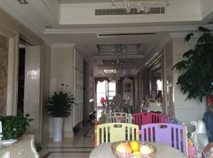 客厅到餐厅,由于业主小孩刚出生,中间有小孩子玩耍地方比较乱,170平,150万,新古典,三居,客厅,餐厅,白色,黄色,