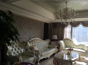 客厅沙发背景部分,采用硬包,镜子。大理石线条。家具都是实木描边的。,170平,150万,新古典,三居,客厅,白色,黄色,