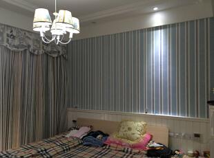 男孩房采用护墙板,蓝色条纹的墙纸,吊灯,窗帘,170平,150万,新古典,三居,蓝色,儿童房,白色,