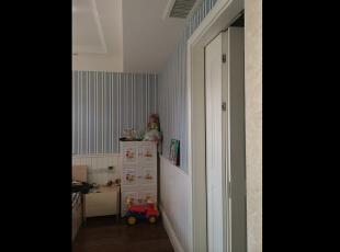 男孩房采用护墙板,蓝色条纹的墙纸,吊灯,窗帘,170平,150万,新古典,三居,儿童房,白色,蓝色,