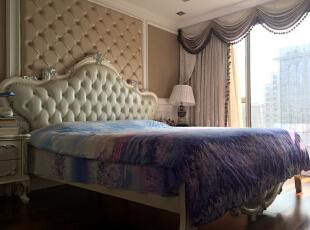 主卧室,墙面采用护墙板+软包,单色墙纸,双色窗帘,实木苗银边床,170平,150万,新古典,三居,卧室,白色,黄色,