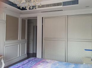 主卧室配套内嵌式衣柜,墙面护墙板,170平,150万,新古典,三居,卧室,白色,黄色,