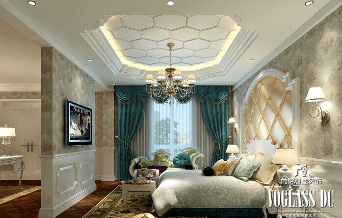 欧式古典花纹壁纸装饰着卧室墙面,白色空间中点缀着优雅的蓝绿色,清新