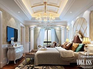 淡雅的欧式古典花纹壁纸装饰着卧室墙面,白色空间中点缀着优雅的蓝绿色,清新中透着一丝浪漫。电视背景墙隔开卧室与书房,休息与办公被清楚划分。,580平,320万,欧式,别墅,卧室,白色,