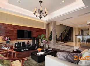 描述:错层客厅,将顶面做出层次感,西式吊灯更加柔和了空间。,250平,28万,中式,别墅,客厅,原木色,
