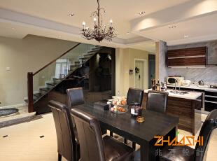 描述:橱柜的黑檀木搭配黑色的楼梯处理,以及餐桌的选择,更显精致与奢华;顶面线条和块面的处理使得空间更加大气;楼梯门板细节的处理使得整个楼梯更加简洁大气,透明扶手更加易于卫生的处理,使得楼梯更显轻盈。,250平,28万,中式,别墅,餐厅,黑色,