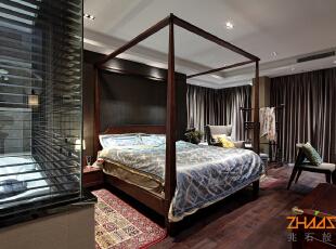 """描述:卧室采用深色调,简约架子床将整个简约大气的空间提炼了中式的文化韵味,设计中采用简约手法表达中式意境达到""""和而不同""""的理念。,250平,28万,中式,别墅,卧室,深色,"""