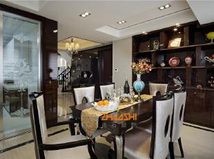 描述:餐厅以优雅大方的灰与白,冷静睿智的黑贯穿整个空间,点缀尊贵丰饶的金,形成空间的气质色彩;奶油色的卧室甜美温馨,散发浓郁香味,搭配金属装饰、配备棕色地板,硬朗中显露优雅之感,凭添一份奢华典雅气质。,183平,20万,新古典,别墅,餐厅,黑白,