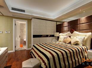 描述:主卧设计成套间,满足新新贵族生活方式。,180平,18万,现代,三居,卧室,