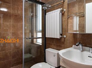 描述:卫生间采用棕色墙地砖配以洁白卫浴更显干净柔和。,110平,7万,中式,三居,卫生间,棕色,