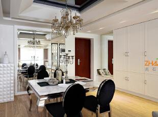 描述:进门玄关的衣帽柜结合镜面造型,方便实用又美观,餐厅背景墙采用镜子扩大餐厅空间的同时,巧妙的隐藏了墙面的强弱电箱。,130平,8万,现代,三居,餐厅,白色,