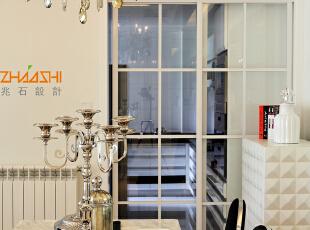 描述:浅色墙面配以浅色家具,整个空间点缀不锈钢和摩登家具尽显奢华。,130平,8万,现代,三居,餐厅,白色,