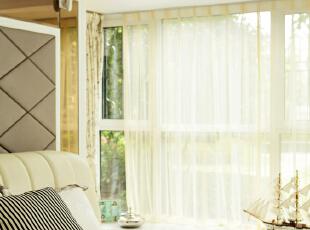描述:主卧背景采用金镜有效增加了层次感。,130平,8万,现代,三居,卧室,白色,