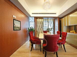 餐厅:墙面简洁的造型平添几许生活气息。斜顶圆形造型和家具相呼应,在绿色植物的点缀下,带给你和家人人舒适的谈话空间。,165平,15万,欧式,三居,餐厅,原木色,白色,