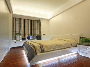 卧室的整体感觉端庄优雅,仿佛将人带入十八世纪保守意大利贵族的舞会中,欧式风格也是最能体现身份地位的一种风格。,165平,15万,欧式,三居,卧室,白色,