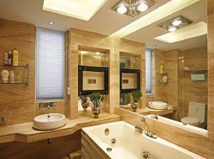 卫生间:欧式风格总是给人以富丽堂皇、雍容华贵的感觉,卫生间也不例外。虽然这个卫生间本身并不大,但是华丽的灯具、镜子、小饰品、再加上欧式的壁纸,整个卫生间自然而然就流露出一种西洋的调子。,165平,15万,欧式,三居,卫生间,黄白,