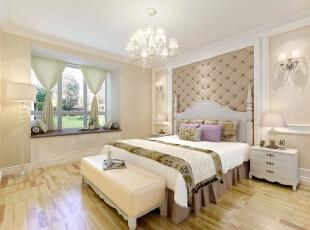 卧室在空间色调的搭配上面很是温馨,打心底里给人一种柔软感。,130平,15万,欧式,三居,卧室,白色,