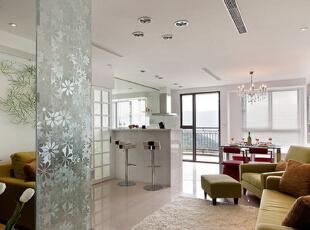 客厅:客厅的沙发颜色是草绿色,餐厅的红色餐椅给小家增添了许多温馨。卧室和客厅通过玻璃墙 做隔断,增加了室内采光,让太阳到小家的每个角落。,88平,10万,简约,两居,客厅,白色,