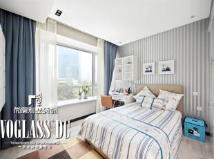 考虑是男孩的房间,基本色调以蓝色系为主,简约而明快,小孩房床背景上运用竖条纹的墙纸,使空间更具有层次感,蓝色调的布艺窗帘是空间的主打色,使整个空间更加丰富而不杂乱。,220平,27万,现代,大户型,儿童房,白色,蓝色,