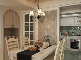 顶面选用原木装饰起来的餐厅,感觉自然而舒适。白色家居装饰起来的餐厅加上拱门的设计,在简单而精致的吊灯下又营造了一种浪漫的情调。,120平,8万,地中海,三居,餐厅,白色,