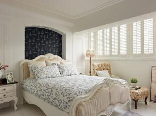 白色带有曲线线条加上简单雕刻配上米色的大床看上去舒适而温馨,床背以拱门式的玄关设计配上简单描绘的帆船的壁画,使整体在舒心雅致的同时又带着海洋自由的元素。,120平,8万,地中海,三居,卧室,白色,