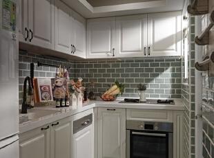 以白色为色调加上简单线条的家居装饰起来的厨房显得洁净而明亮,墙上采用简单青砖色样的瓷砖铺贴起来,自然舒适。,120平,8万,地中海,三居,厨房,白色,