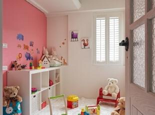 以粉红与白装饰起来的玩具房显得温馨甜美,到处放置的玩具展现着孩童的乐园世界。,120平,8万,地中海,三居,儿童房,粉红色,