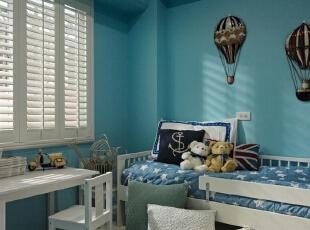 以蓝白色调配置起来的卧室,看上去如同正置身于蓝天碧海之间,墙上挂置的暖气求样的图画,就如同正在海边乘着热气球俯瞰着这大海沙滩的美景。,120平,8万,地中海,三居,卧室,白蓝,