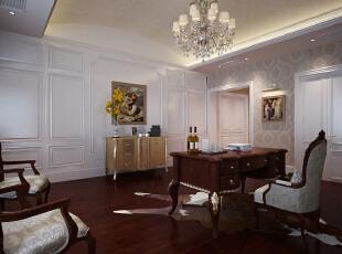本案中,设计师摒弃了常用的壁炉、水晶宫灯和蜡烛台式吊灯,只保留浅色典雅的壁纸,简洁的地毯和实木地板,搭配实木色家具,简单而不缺乏优雅。同时将房间的门包裹白色混油为主的门套垭口,高雅而和谐。,800平,110万,新古典,别墅,书房,白色,