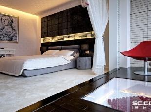 卧室设计: 温馨的卧室灯带里的玫瑰花、名家的素描和黑白海景图案,仿佛一场春华梦境。墙与顶面统一材质,使得空间感不过于呆滞,更有海天一色的概念。,196平,17万,中式,Loft,
