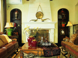 客厅设计: 墙面居中的位置是一个美式壁炉,对面的壁龛特别引人注意:米黄的肌理漆上面是一组柔美娟秀的彩绘花草纹样,这样的壁龛和彩绘,还出现在主人房的背景墙上。,200平,25万,欧式,别墅,