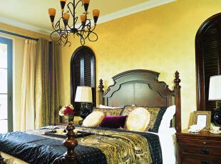 卧室设计: 床头背景采用壁纸和线板,勾勒出简欧的味道。顶部的造型采用比较简洁但又特别出立体效果的石膏线条。整个墙体刷浅咖色的墙漆,在齐梁的一个高度上采用的白色墙漆和石膏线来进行区分。,200平,25万,欧式,别墅,