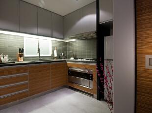 北京高端公寓设计——厨房 摆脱了传统橱柜的呆板,并且与衣柜式的背景橱柜相映,时尚的新颖设计更加增  添了宽敞和明亮的感觉。,128平,35万,简约,三居,厨房,原木色,粉色,黑白,