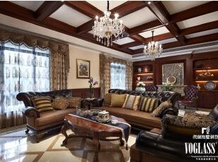 美式风格相对简洁,别墅装潢中更加注重细节的处理。带有木质纹理的胡桃木和枫木家具本身就是一种装饰,在不同角度下产生不同的光感,家具本身的工艺也是进过精雕细琢而成。金色抱枕彰显贵气,木质吊顶突出大气,营造客厅空间沉稳高贵的气场。,660平,95万,美式,别墅,客厅,原木色,