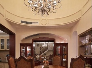 餐厅空间采用挑空设计,从视觉深度上延伸餐厅空间,与客厅同色系的餐厅家具,延续了别墅装潢风格的统一性。二层凸出的拱形窗户设计给餐厅空间带来一种浪漫氛围,让进餐之人有个好心情。,660平,95万,美式,别墅,餐厅,原木色,