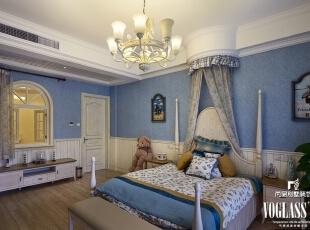 显然,儿童房用深色系进行装饰有点过于严肃,也不利于小孩的成长。浅蓝色与白色的搭配温馨不失活泼,局部点缀的黄色与浅木色地板相得益彰,床头的弧形床帘呼应窗帘,推开拱形窗户,就可见一层客餐厅的情形。,660平,95万,美式,别墅,儿童房,白蓝,