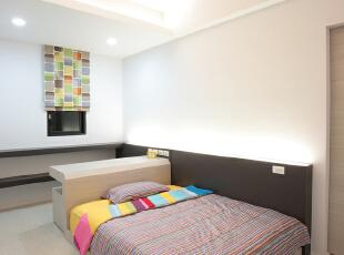 北京别墅装修设计——儿童房儿童居室的色彩应丰富多彩,活泼新鲜,简洁明快,具有童话式的意境,让儿童在自己的小天地里自由地学习生活。鲜艳明快的色彩,不仅可以使儿童保持活泼积极的心理状态和愉悦的心境,而且还能改善室内亮度,造成明朗亲切的室内环境。,201平,38万,简约,四居,儿童房,黄色,粉色,蓝色,黑白,