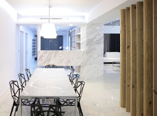 北京别墅装修设计——餐厅 餐厅的灯光很重要既不能太强又不能太弱,所以设计中灯光则以温馨和暖的黄色为基调,顶部做了简单的吊顶。,201平,38万,简约,四居,餐厅,黑白,原木色,