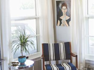 客厅的装修上多运用古铜色等元素。在窗户的装修上希望能拥有更明亮的感觉所以选择了落地窗。这样让客厅看起来简约复古,细细端详又别致有味。在客厅的角落,摆放上一对桌椅,在书房倦乏了,便来到这里对着窗户吹吹风,看看风景,亦或是独自一人时在窗边看看人来人往的大千世界。,95平,7万,混搭,两居,