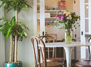 书房出门便是一套桌椅,同样的面对窗外景色,下午茶的小角落。一颗落地植物大气又生机盎然,室内室外自成一体。,95平,7万,混搭,两居,