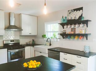 厨房没有建造成传统的样式,以吧台与客厅隔开,这一块区域更具休闲风味。,95平,7万,混搭,两居,厨房,黑白,