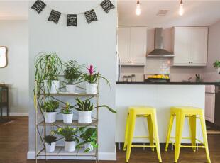 厨房内最为重要的设计便是收纳了与整齐了!顶上的橱柜和内置的微波炉区都让厨房整洁有序。,95平,7万,混搭,两居,厨房,白色,