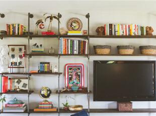 背景墙省去了繁复的装饰,摒弃了墙纸,选用复古文艺的古铜架,并把电视也收纳其中,是不是实用又美观?,95平,7万,混搭,两居,客厅,白色,