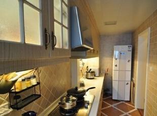 厨房射灯的设计应该最为人性化,每个使用空间,如碗槽、碗柜、收纳架、电饭煲、微波炉等处, 都安装了射灯,做到将方便带到每个操作台旁,包括吊柜内侧也有射灯,真可谓物尽其用。,70平,6万,地中海,两居,厨房,黄白,